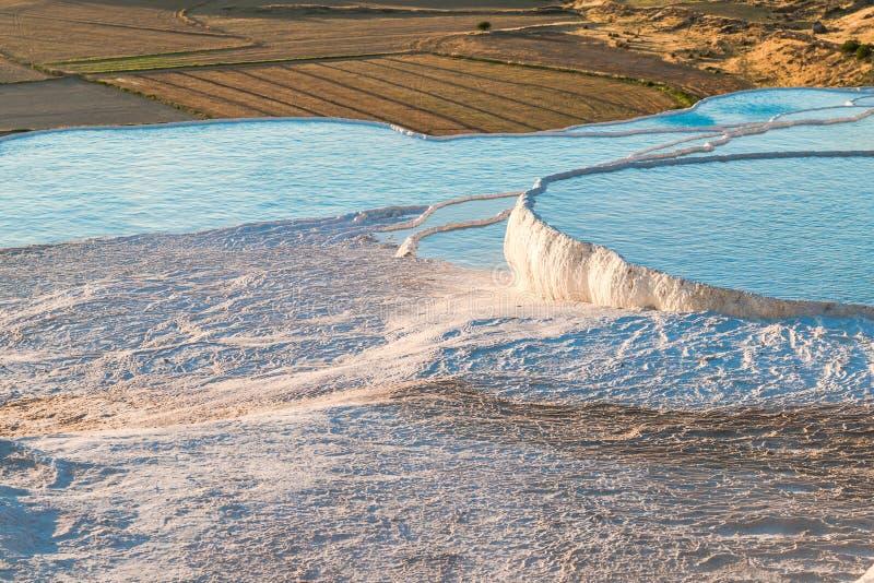 Travertinos do carbonato com água azul, Pamukkale fotos de stock royalty free