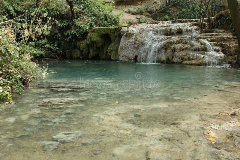 Travertinos y piscina de la primavera que forma las cascadas de Krushuna imagen de archivo
