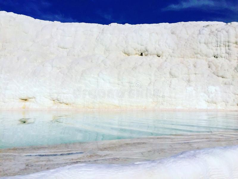 Travertinterrasse mit Naturheißer quelle in Pamukkale, die Türkei stockfotos