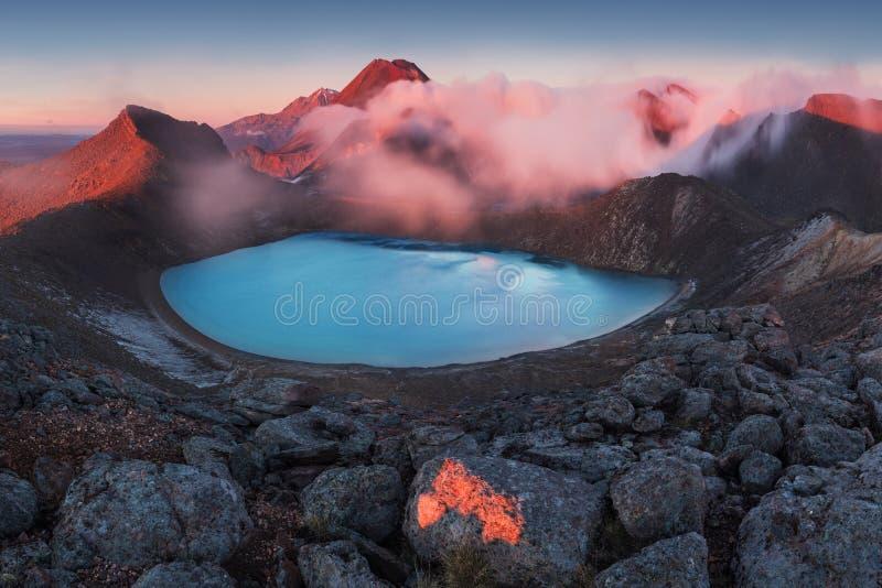 Travesía alpestre de Tongariro Salida del sol de la madrugada, paisaje del paisaje del lago azul, montañas salvajes y volcán enor foto de archivo libre de regalías