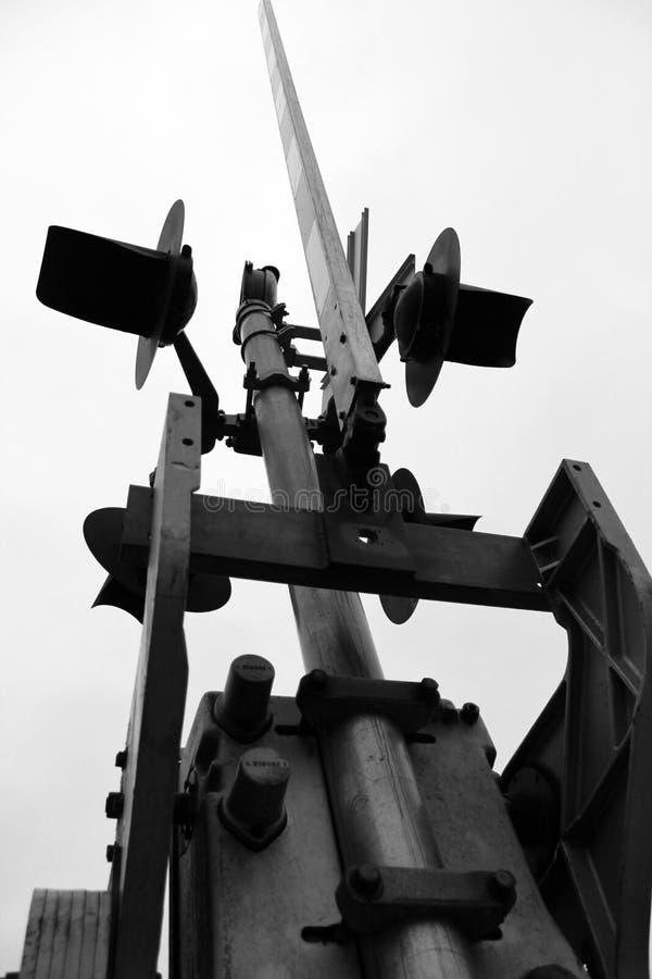 Travesía de ferrocarril blanco y negro imagen de archivo libre de regalías