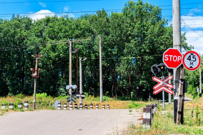 Travesía de ferrocarril sobre la carretera nacional en bosque imagen de archivo libre de regalías