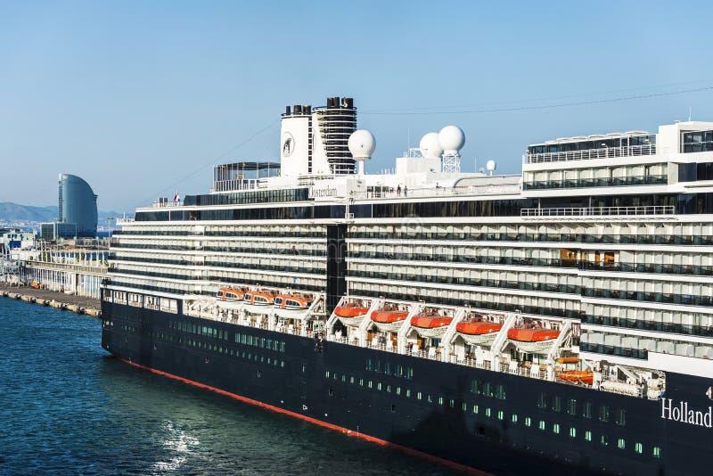 Travesía de Holland America Line en el puerto de Barcelona imágenes de archivo libres de regalías