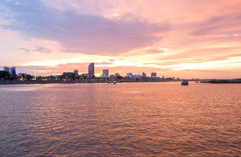 Travesía de la puesta del sol de Phnom Penh en Camboya imágenes de archivo libres de regalías