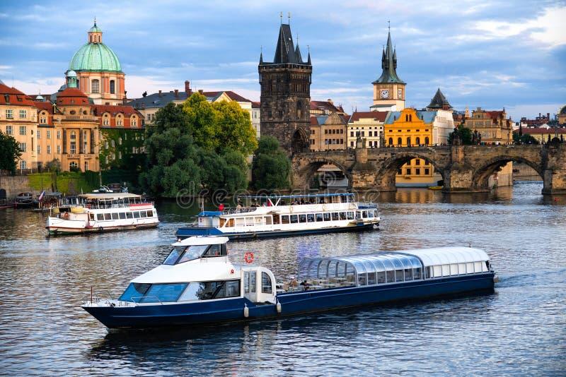 Travesía del barco de río al puente y a Moldava del ` s de Charel foto de archivo