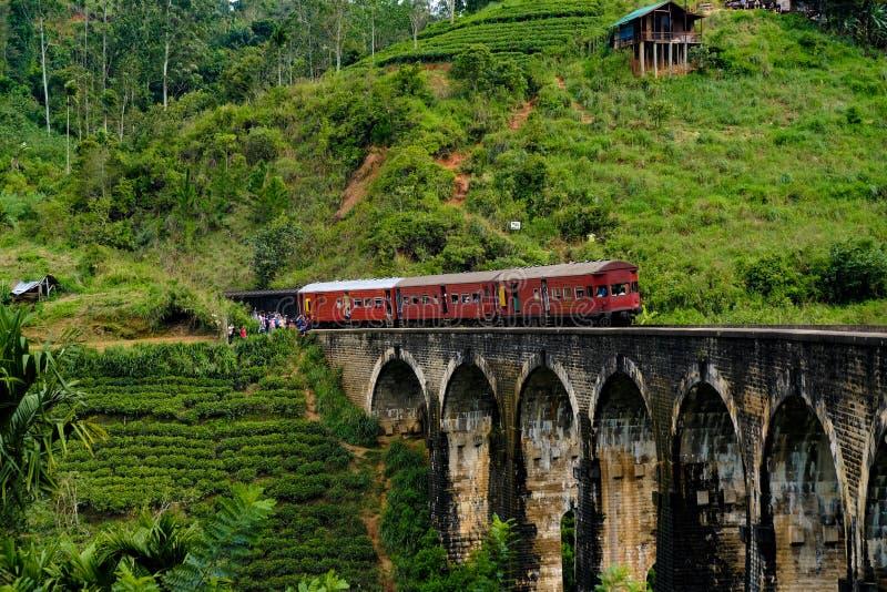 Travesía del tren sobre el puente de nueve arcos cerca de Ella foto de archivo libre de regalías