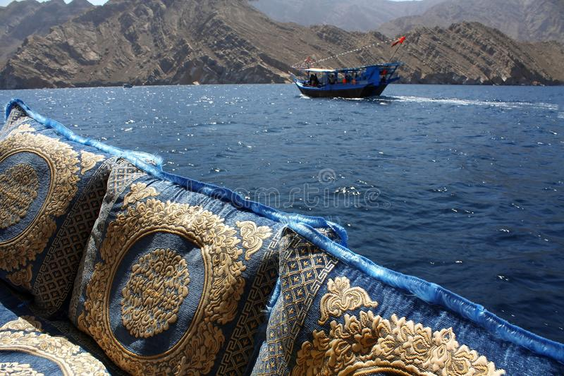 Travesía tradicional del dhow en las aguas de Omán fotos de archivo