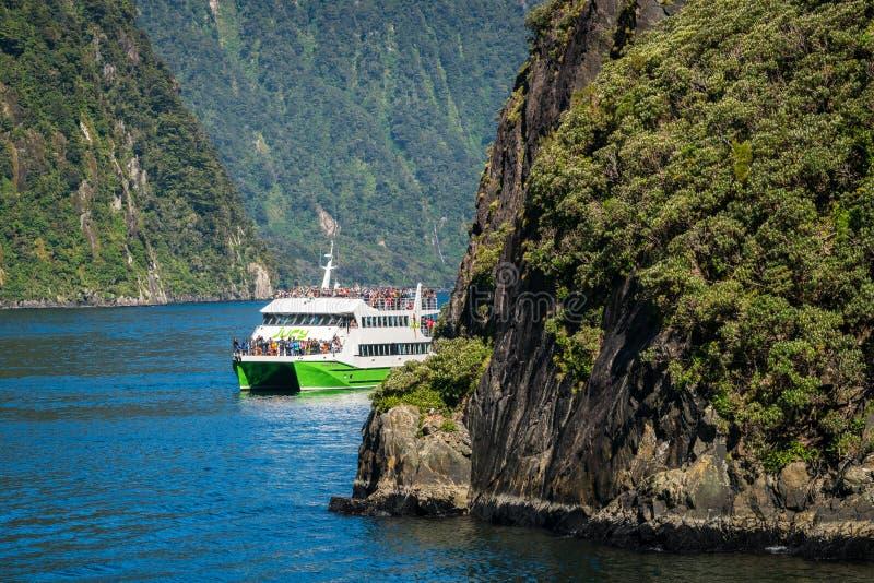 Travesías del barco del viaje en Milford Sound, Nueva Zelanda imágenes de archivo libres de regalías