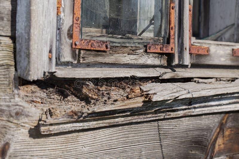 Travesaño de madera putrefacto viejo de la ventana imagen de archivo libre de regalías
