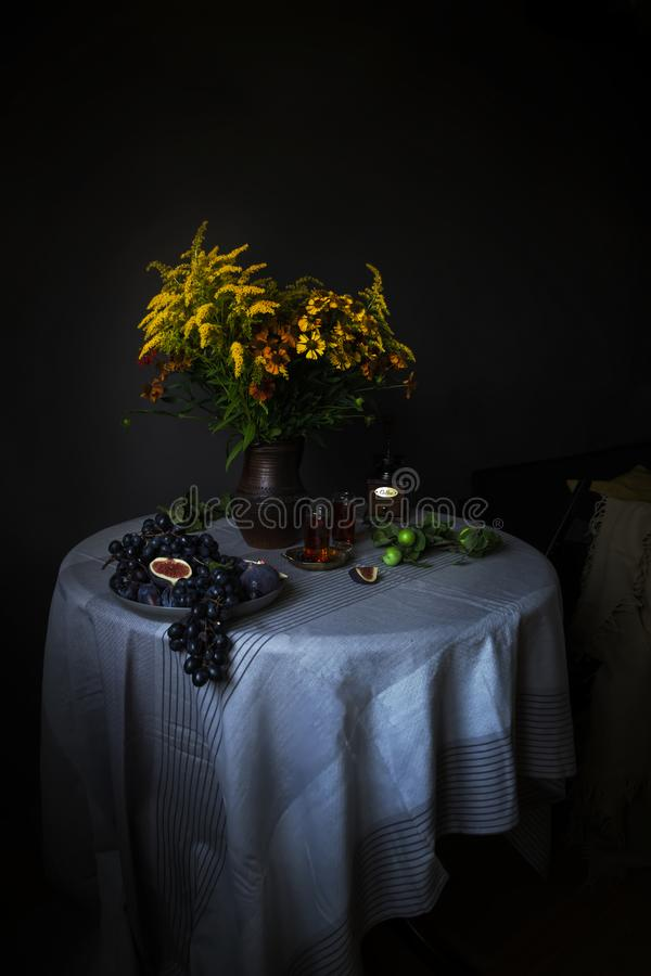 Travesaño-vida con las frutas y las flores en el estilo de Lesser Dutchmen foto de archivo