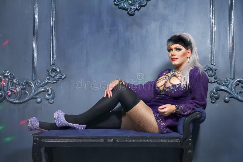 Travesti-diva Begreppet av en transvestit Man-skådespelaren vänder in i en kvinna han poserar för kameran arkivbild