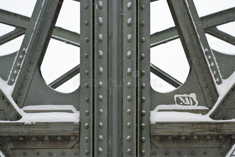 Travi d'acciaio su un ponte di capriata del metallo immagini stock