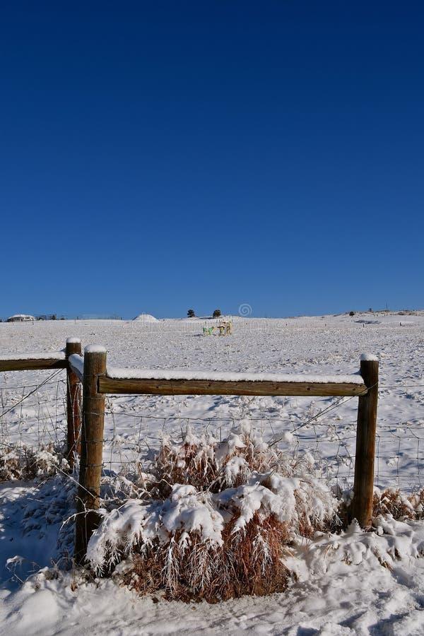 Travi d'angolo e cavo coperti di neve fotografia stock