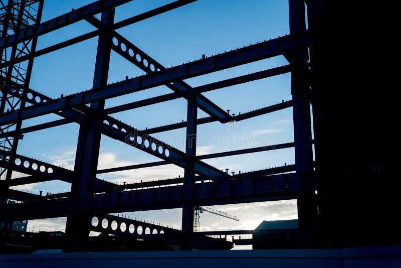 Travi dell'acciaio per costruzioni edili incorniciate in siluetta fotografia stock libera da diritti