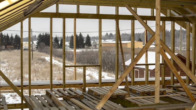 Travi di di legno il proprio alloggio in costruzione nella periferia immagine stock libera da diritti