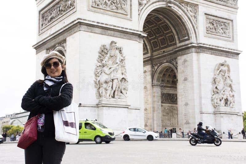 Travlers tailandeses asiáticos de la mujer que presentan con Arco del Triunfo de l ` Etoile o arco triunfal de la estrella imágenes de archivo libres de regalías