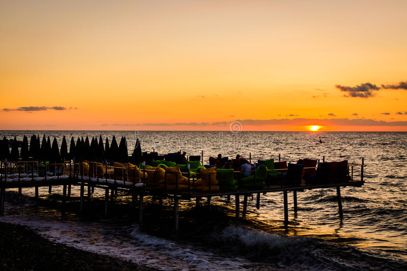Travt skeppsdockakafé för Sunbath och gyckel royaltyfri foto
