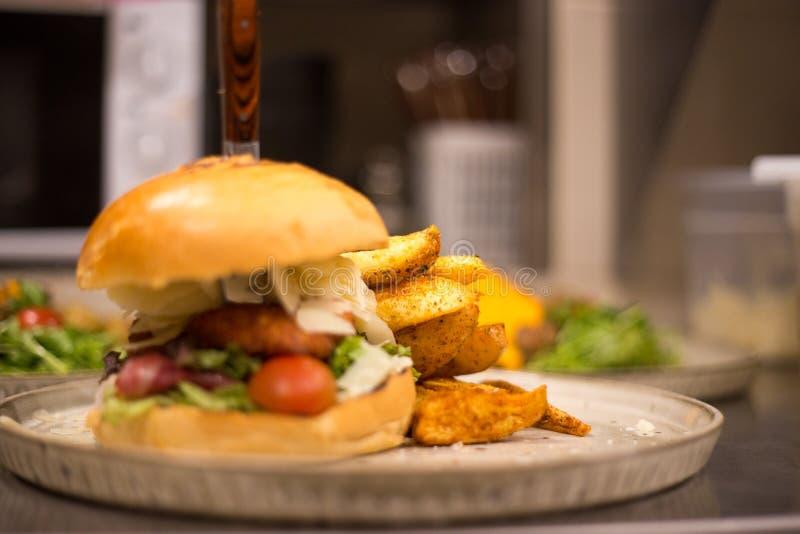 Trawa Karmił żubra hamburger z sałaty i sera cheddarem obraz royalty free