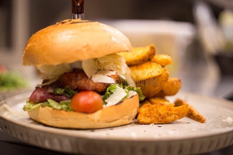 Trawa Karmił żubra hamburger z sałaty i sera cheddarem obrazy royalty free