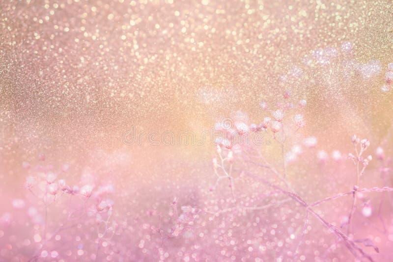 Trawa kwiat na różowej złotej błyskotliwości w rocznika tle zdjęcia royalty free