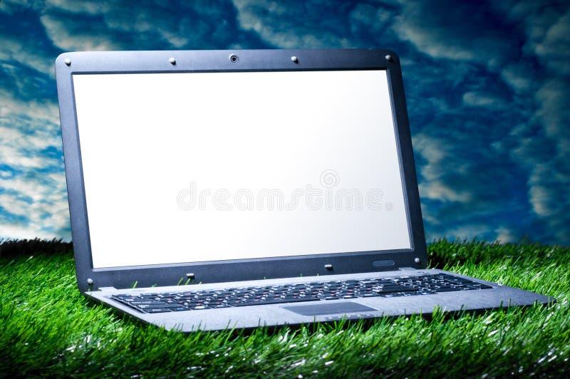 trawa laptop zdjęcie stock