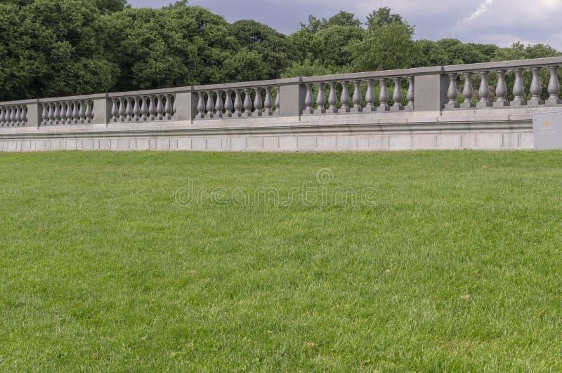 Trawa z marmuru ogrodzeniem na tle Natura, architektura obraz royalty free