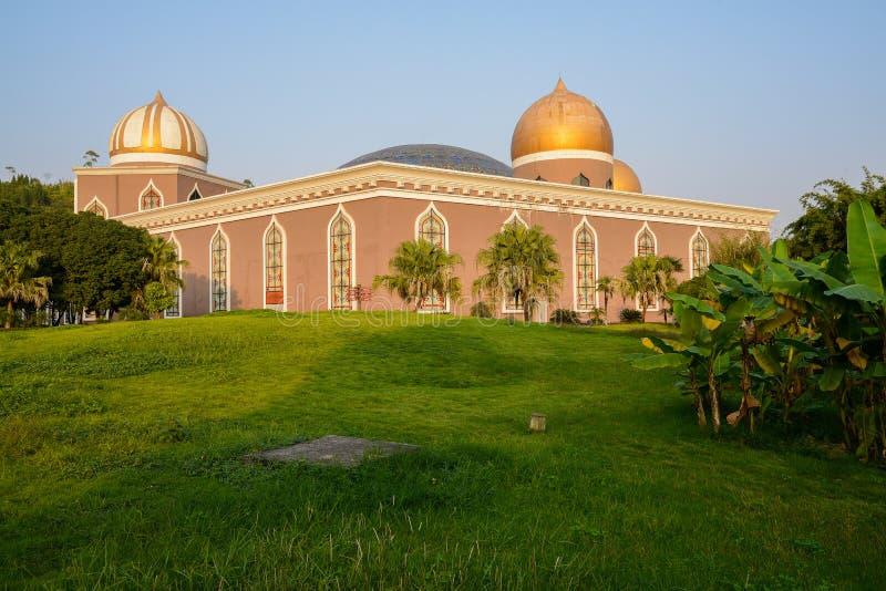 Trawiasty gazon przed budować w islamu stylu w pogodnym popołudniu fotografia royalty free