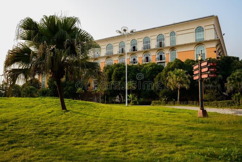 Trawiasty gazon przed hotelem w ciepłym zimy popołudniu obraz royalty free