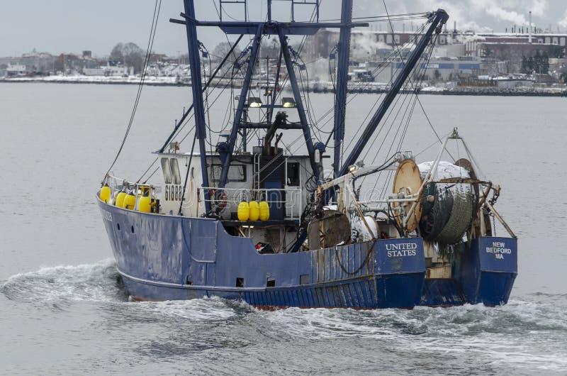 Trawler Estados Unidos saliendo del puerto fotos de archivo