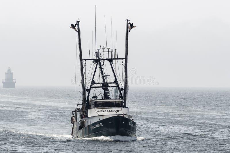 Trawler Excalibur z Kamerdynerską ` s Płaską latarnią morską i mgłą w backg obrazy stock