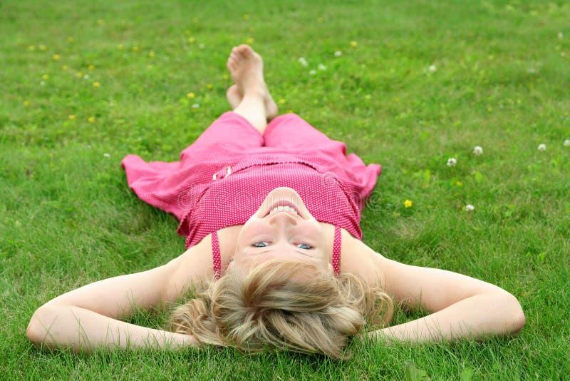 trawnik leżącego kobieta obraz stock
