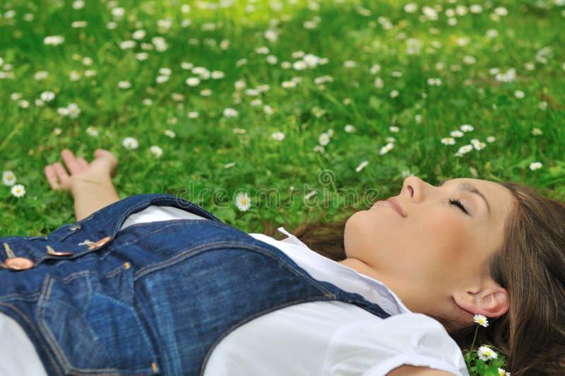 trawy łgarscy kobiety potomstwa fotografia stock