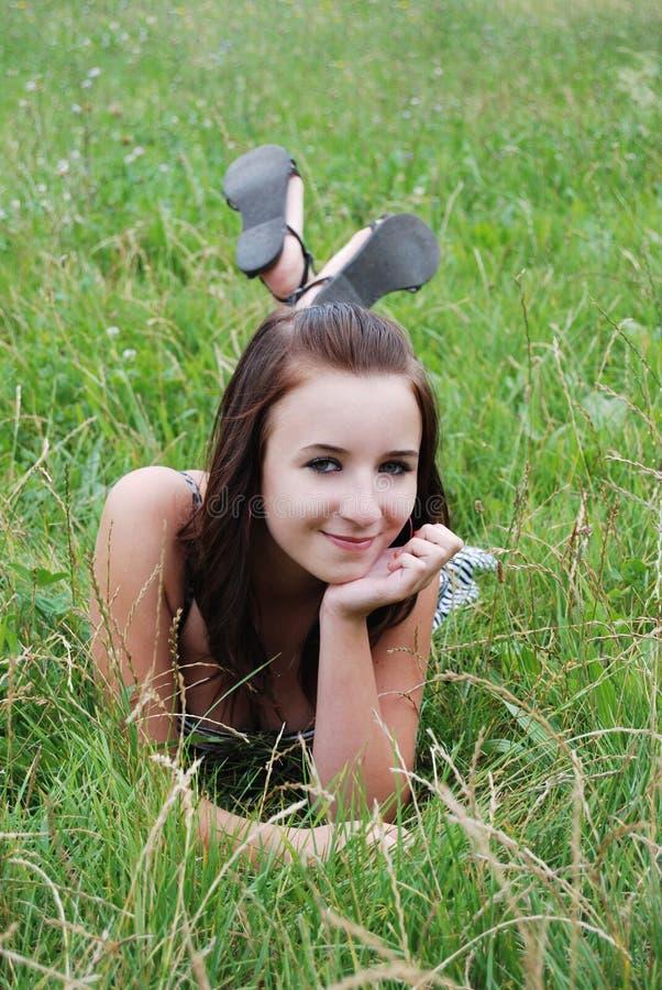 trawy łgarscy kobiety potomstwa zdjęcia stock