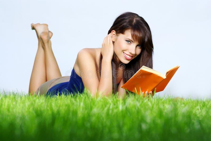 trawy książkowa zieleń kłaść czyta kobiety obrazy royalty free