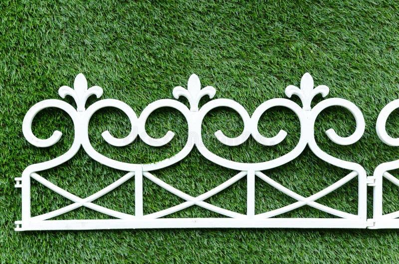 Download Trawy Tła Bielu żelaza Ogrodzenie Obraz Stock - Obraz złożonej z greenbacks, mężczyzna: 57662711