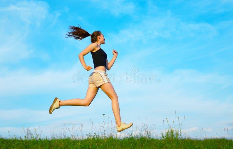 trawy zieleni bieg kobieta obraz stock