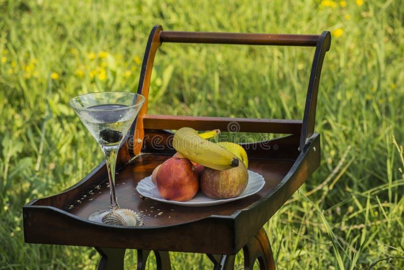 Tray With Wheels And Fruits de madeira na natureza fotografia de stock royalty free