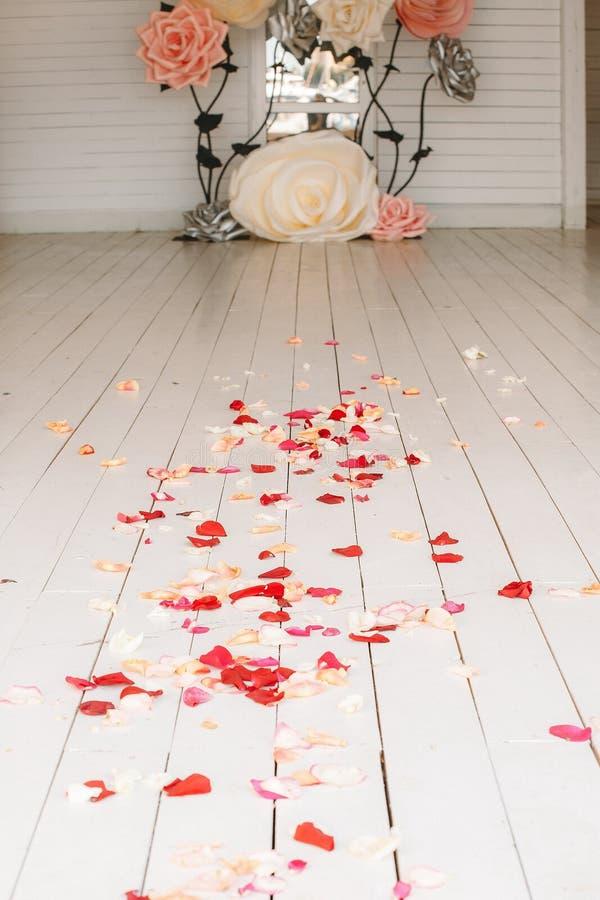 Trayectoria al matrimonio cubierto con los pétalos color de rosa imágenes de archivo libres de regalías