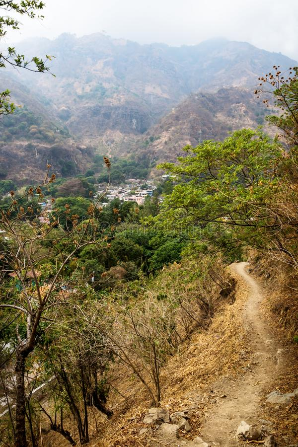 Trayectoria al valle del pueblo Jaibalito a lo largo del lago Atitlan con las montañas brumosas, Guatemala fotos de archivo
