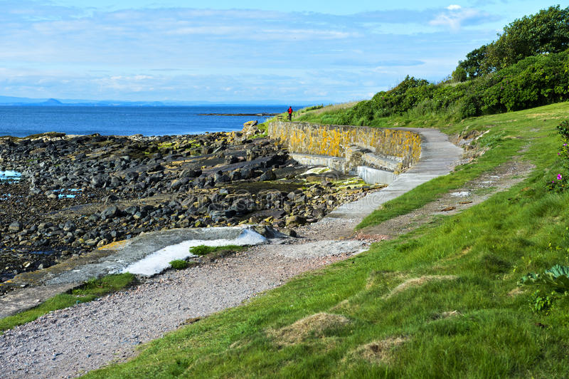 Trayectoria costera del Fife cerca de Crail foto de archivo