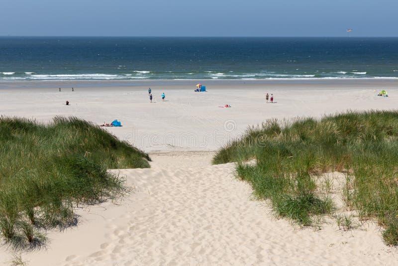 Trayectoria de la arena que lleva para varar la costa holandesa de Mar del Norte imagenes de archivo