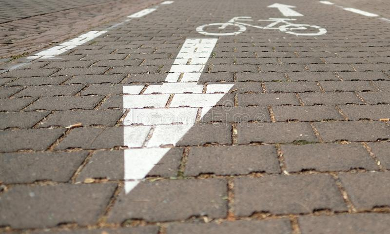 Trayectoria de la bici con tráfico inminente fotos de archivo