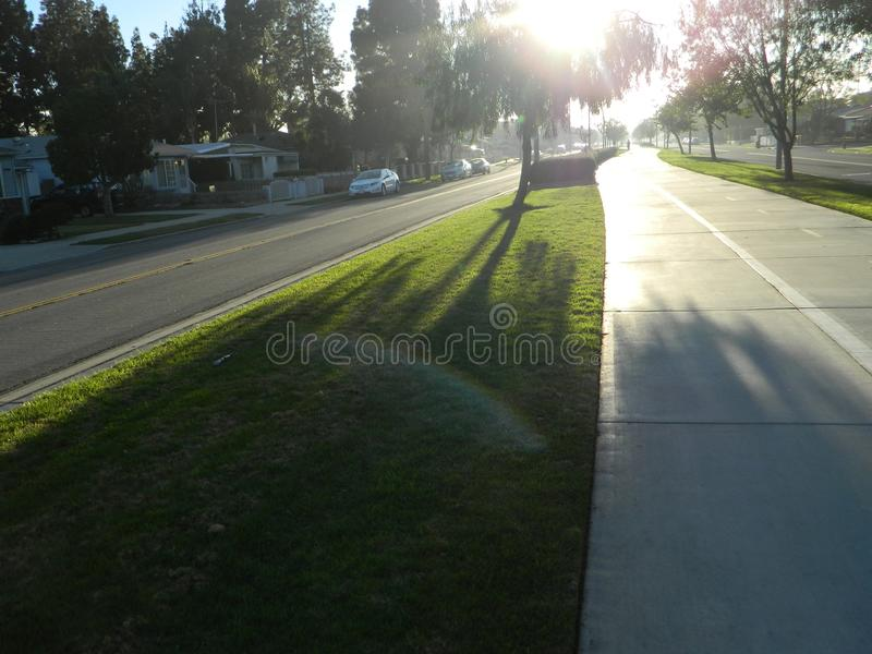 Trayectoria de la bici de la puesta del sol imagenes de archivo