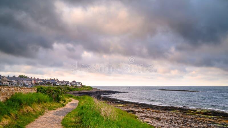 Trayectoria de la costa de Northumberland en Craster foto de archivo