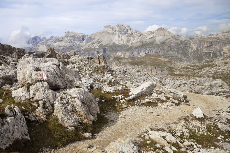 Trayectoria de la montaña en dolomías fotografía de archivo libre de regalías