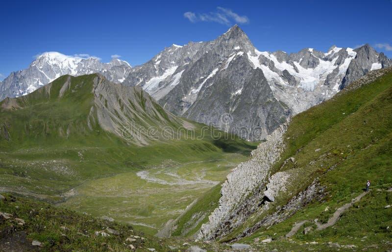 Trayectoria de la montaña que pasa por alto a Mont Blanc Blanc de du mont del viaje imagen de archivo libre de regalías