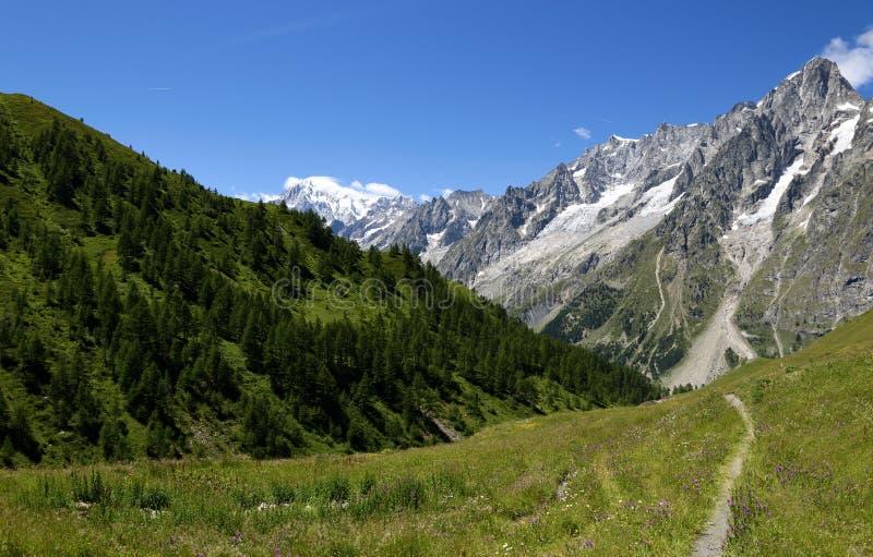 Trayectoria de la montaña que pasa por alto a Mont Blanc Blanc de du mont del viaje foto de archivo