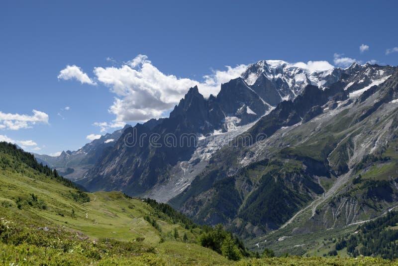 Trayectoria de la montaña que pasa por alto a Mont Blanc Blanc de du mont del viaje imagenes de archivo