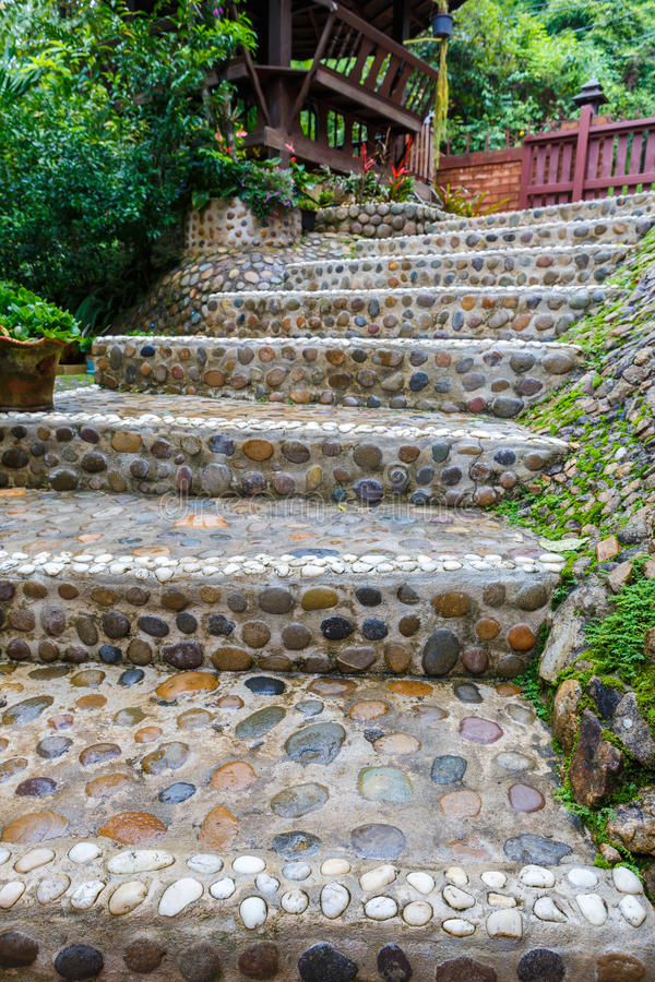 Trayectoria de piedra de las escaleras en jard n imagen de archivo imagen de paisaje step - Escaleras jardin ...