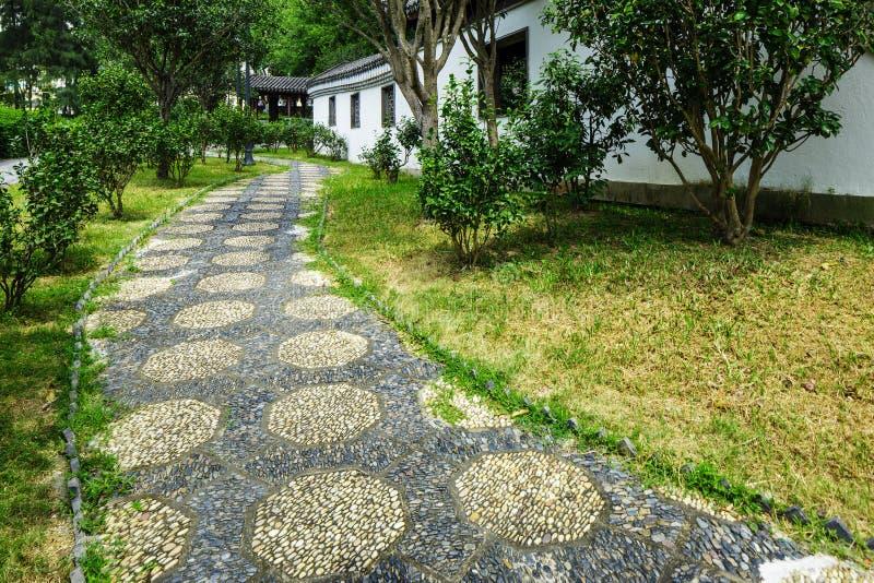 Trayectoria de piedra del guijarro en jardín chino foto de archivo libre de regalías